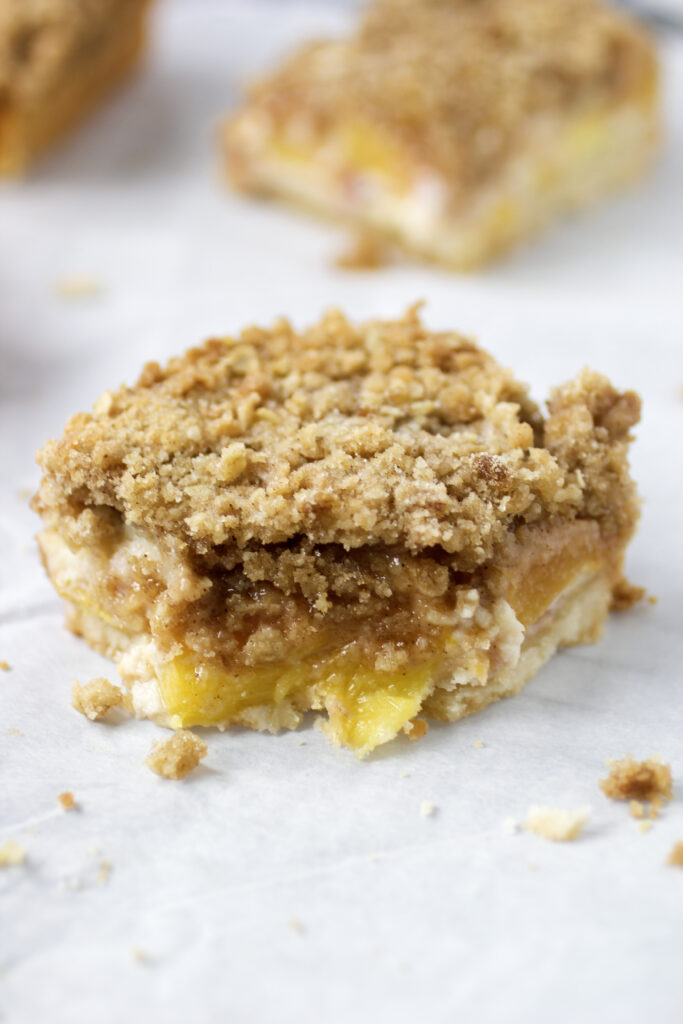 peaches and cream bar with crumbs